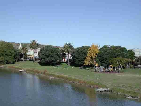 800px-Wairoa_waterfront_on_Wairoa_River